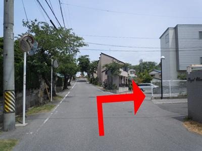 白いフェンスの向こう側を右折